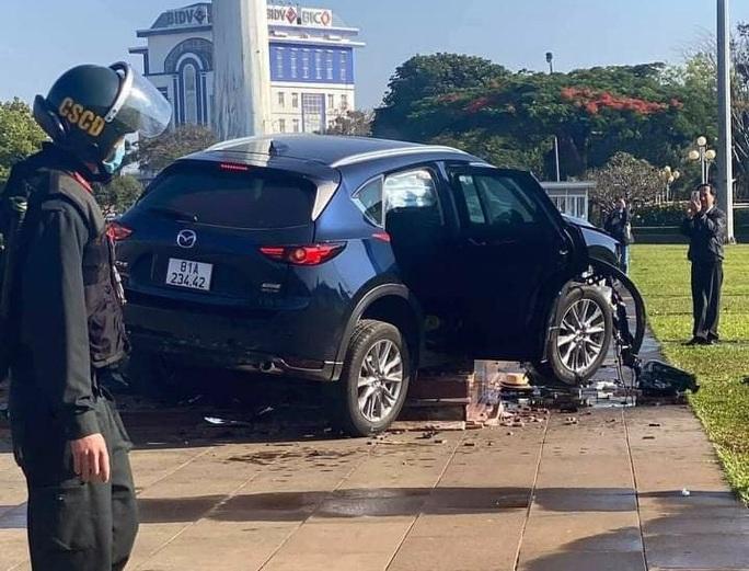 CLIP: Người đàn ông 2 lần lái xe gây tai nạn kinh hoàng - Ảnh 1.