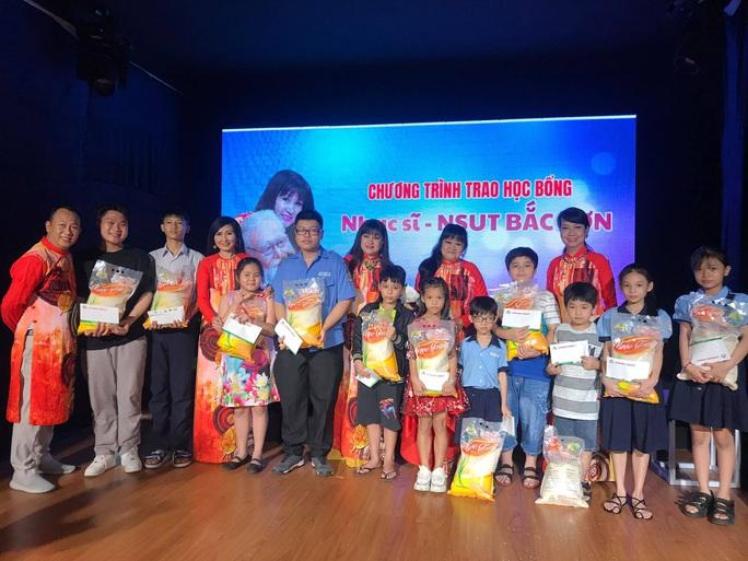 Cuối năm, hai học bổng nghệ sĩ trao tặng con em công nhân sân khấu - Ảnh 2.