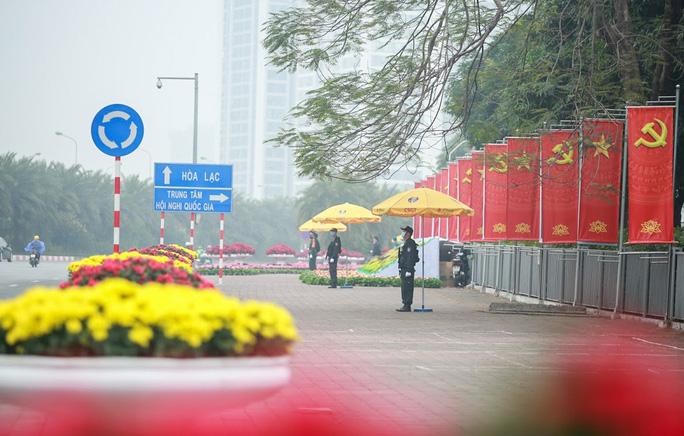 Cận cảnh công tác bảo đảm an ninh thắt chặt trong ngày đầu tiên diễn ra Đại hội XIII - Ảnh 13.