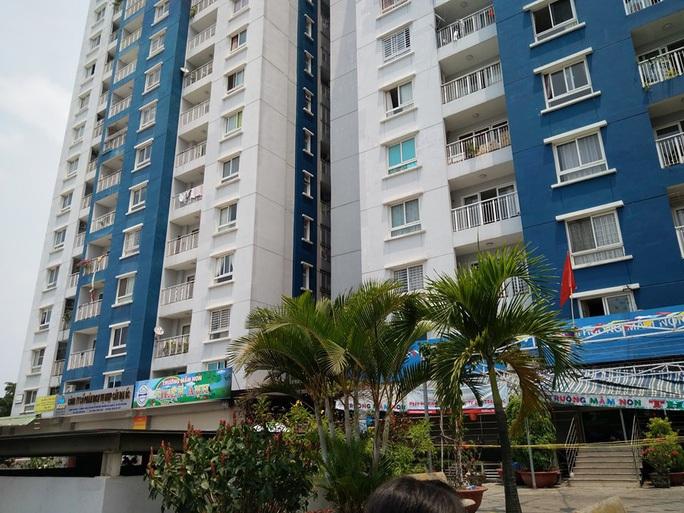 NÓNG: Chi Cục Trưởng Thi hành án Dân sự Bình Tân rơi lầu ở chung cư Carina - Ảnh 1.