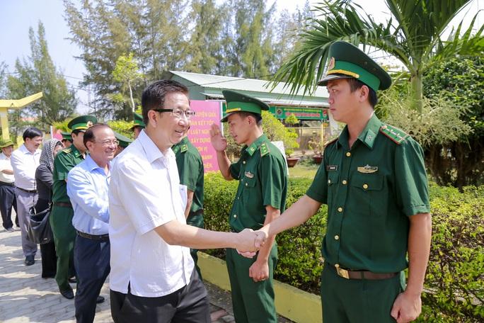HĐND TP HCM chúc Tết cán bộ, chiến sĩ và nhân dân khu vực biên giới biển Cần Giờ - Ảnh 3.
