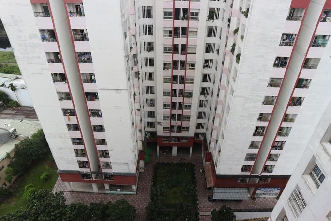 Nam sinh cấp 3 rơi lầu, nằm bất động dưới sân chung cư Thái An 4, quận 12 - Ảnh 1.
