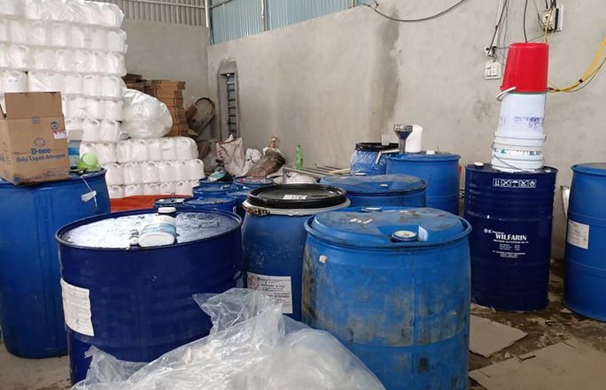 Cảnh sát phát hiện vụ làm giả chất tẩy rửa, nước giặt cực lớn - Ảnh 5.