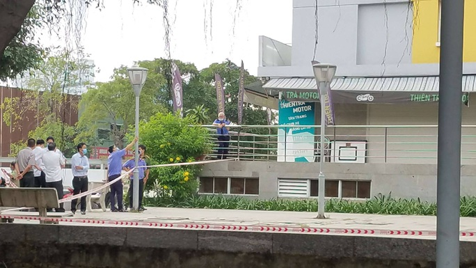 Công an vào cuộc làm rõ vụ Chi cục Trưởng THADS Bình Tân rơi lầu - Ảnh 1.