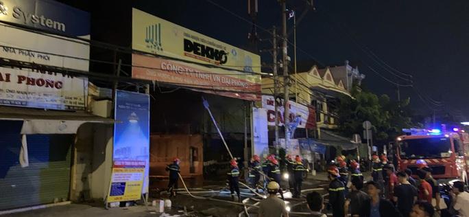 CLIP: Cháy xưởng vải ở Hóc Môn, lan sang công ty, dãy trọ và nhà dân - Ảnh 1.