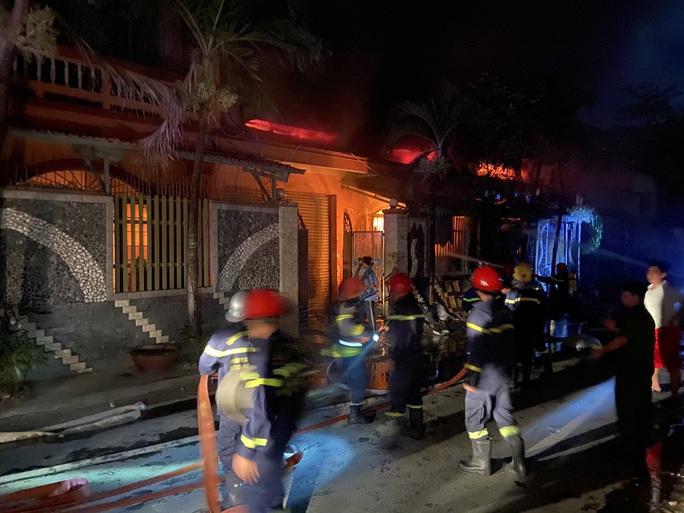 CLIP: Cháy xưởng vải ở Hóc Môn, lan sang công ty, dãy trọ và nhà dân - Ảnh 2.