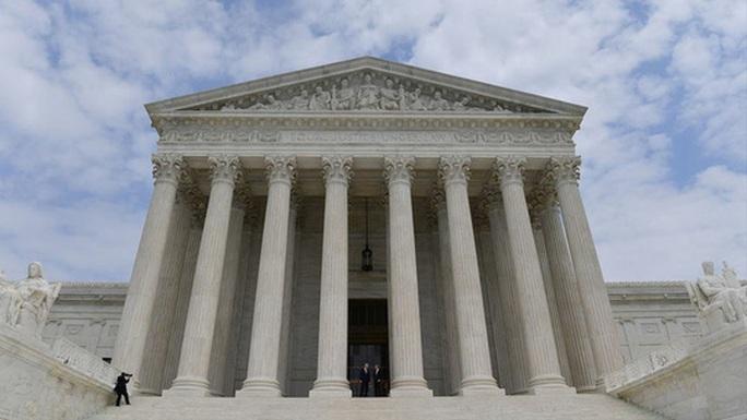 Tòa án tối cao kết thúc vụ kiện cựu tổng thống Donald Trump thu lợi bất hợp pháp - Ảnh 1.