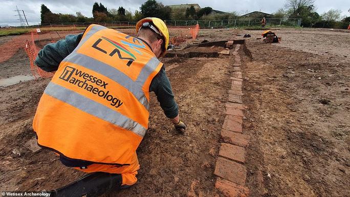 Đào đường ray, lọt vào  trang viên kho báu biến mất 4 thế kỷ - Ảnh 1.