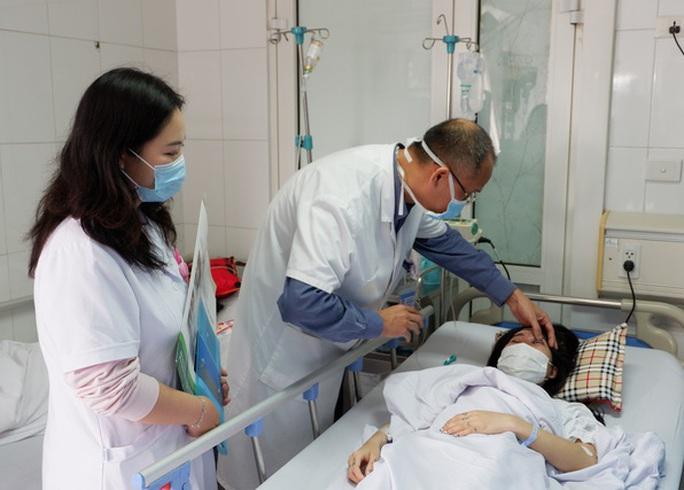 Cô gái 20 tuổi bị mờ 1 mắt ngay sau khi được bạn thân tiêm filler nâng mũi - Ảnh 1.