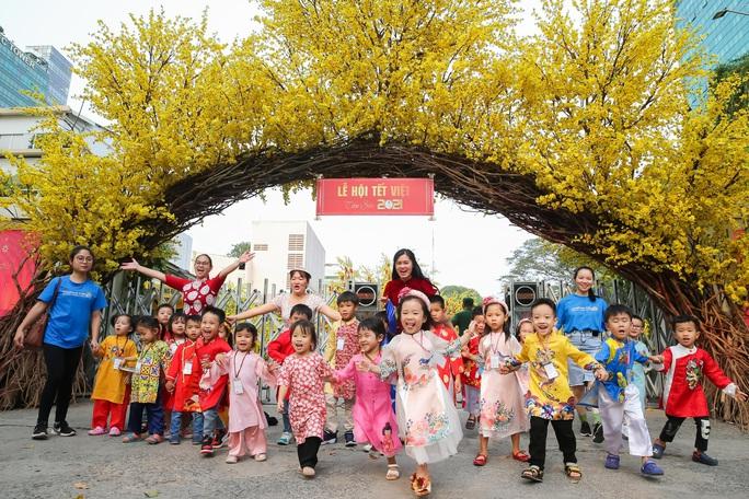 Người dân TP HCM xúng xính áo dài xuống phố du Xuân sớm - Ảnh 1.