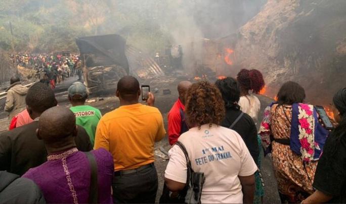 Xe chở xăng dầu tông xe buýt ở Cameroon, 53 người chết trong biển lửa - Ảnh 1.