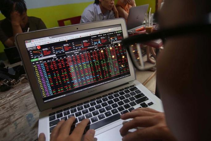 VN-Index lại mất hơn 70 điểm, giới đầu tư hoảng sợ - Ảnh 1.