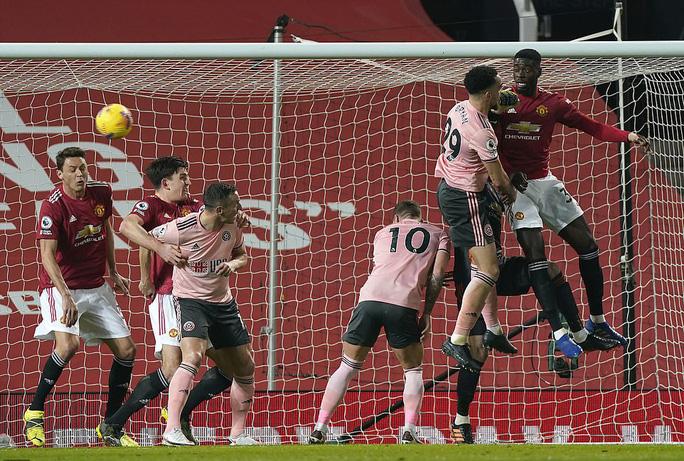 Thua sốc đội chót bảng, Man United mất trắng ngôi đầu Ngoại hạng - Ảnh 1.