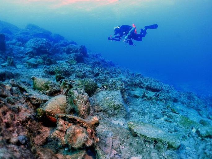Tàu ma 1.800 tuổi chở nặng kho báu xuất hiện gần bờ biền Hy Lạp - Ảnh 2.