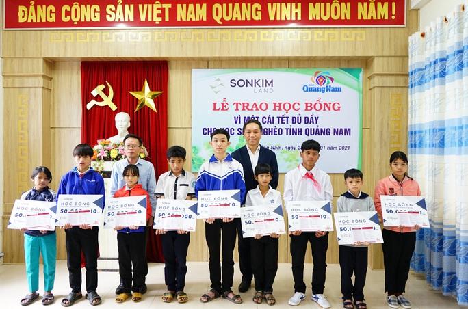 Học sinh nghèo Quảng Nam nhận học bổng 1 tỉ đồng - Ảnh 1.