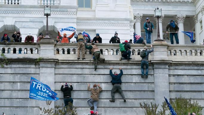 Mỹ: Bi kịch của 2 cảnh sát tham gia chống bạo động ở điện Capitol - Ảnh 1.