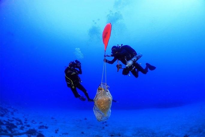 Tàu ma 1.800 tuổi chở nặng kho báu xuất hiện gần bờ biền Hy Lạp - Ảnh 1.