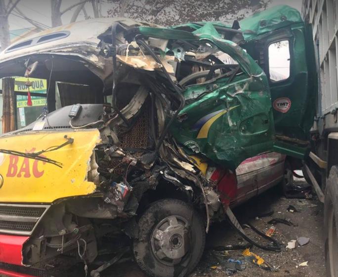 Đấu đầu xe tải, nhiều hành khách bị thương trong xe buýt biến dạng - Ảnh 1.