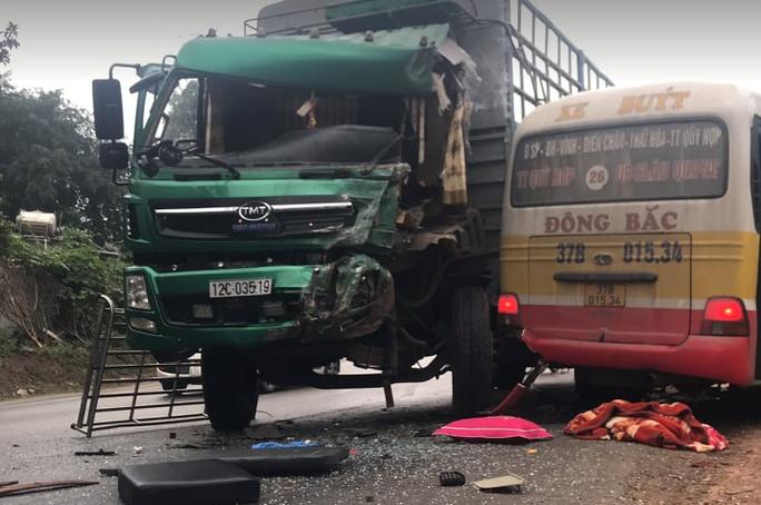 Đấu đầu xe tải, nhiều hành khách bị thương trong xe buýt biến dạng - Ảnh 2.
