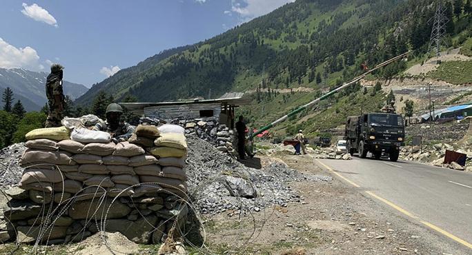 Ấn Độ đổ thêm quân tới biên giới Trung Quốc - Ảnh 1.