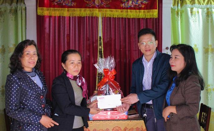 Trao quà Xuân nhân ái - Tết yêu thương cho 2 giáo viên mắc bệnh hiểm nghèo - Ảnh 2.