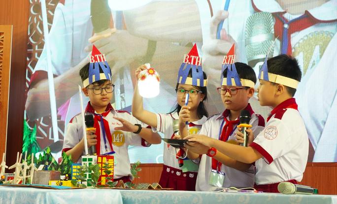 Hơn 200 học sinh tiểu học thi thuyết trình bằng tiếng Anh về khoa học - Ảnh 1.