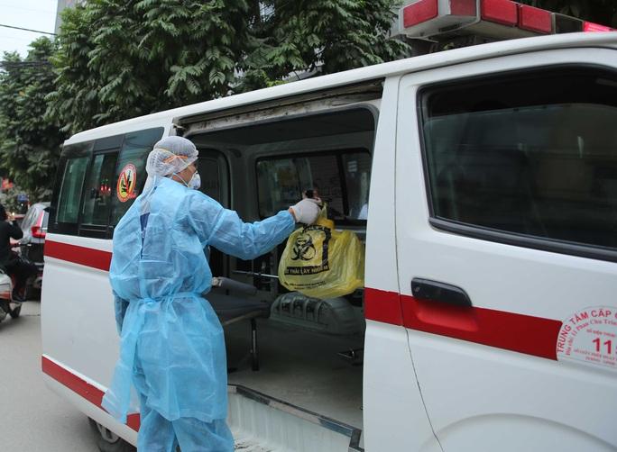 CLIP: Đưa những người liên quan ca dương tính SARS-CoV-2 ở Tây Hồ đi cách ly - Ảnh 2.