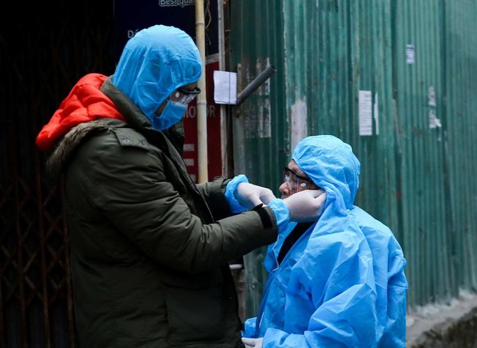 CLIP: Đưa những người liên quan ca dương tính SARS-CoV-2 ở Tây Hồ đi cách ly - Ảnh 9.