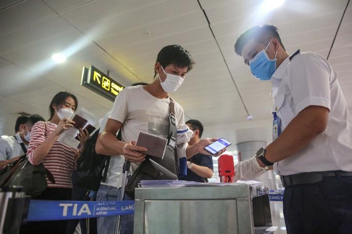 TP HCM thông báo khẩn: Tìm người đi cùng chuyến bay VN213 có ca nghi nhiễm SARS-CoV-2 - Ảnh 1.