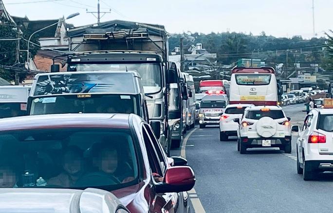 Du khách nghỉ Tết Dương lịch từ Đà Lạt đổ về, kẹt xe kinh hoàng ở đèo Bảo Lộc - Ảnh 2.