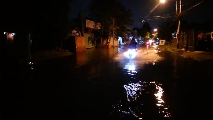 Trời không mưa, một khu dân cư ở Thủ Đức vẫn ngập nước cả ngày - Ảnh 1.
