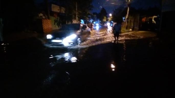 Trời không mưa, một khu dân cư ở Thủ Đức vẫn ngập nước cả ngày - Ảnh 2.