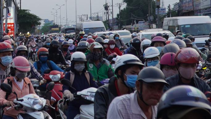 Xe cộ nối nhau đổ về TP HCM sau kỳ nghỉ Tết Dương lịch, nhiều nơi ùn ứ - Ảnh 12.