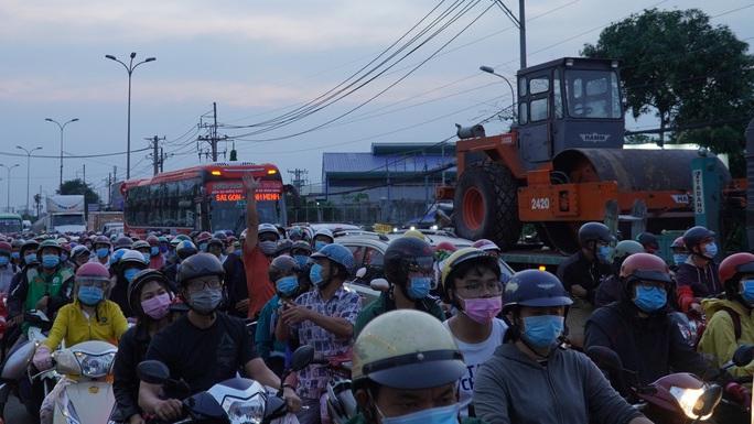 Xe cộ nối nhau đổ về TP HCM sau kỳ nghỉ Tết Dương lịch, nhiều nơi ùn ứ - Ảnh 15.