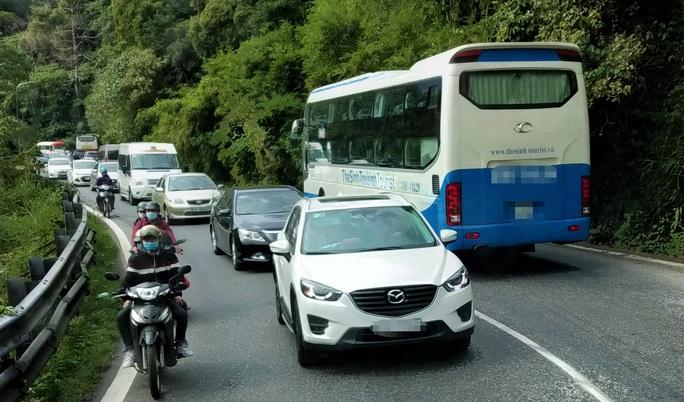 Du khách nghỉ Tết Dương lịch từ Đà Lạt đổ về, kẹt xe kinh hoàng ở đèo Bảo Lộc - Ảnh 3.