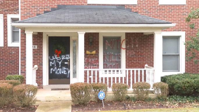 Mỹ: Hết nhà bà Nancy Pelosi đến nhà ông Mitch McConnell bị phá hoại - Ảnh 1.