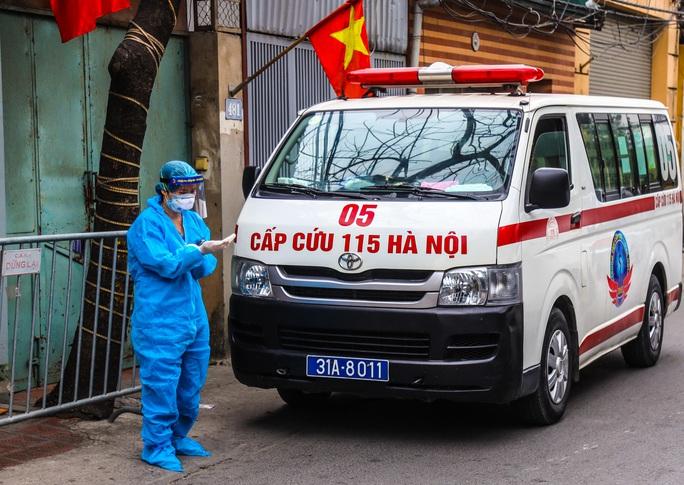 CLIP: Đưa bố mẹ bệnh nhân 1584 ở Hà Nội đi cách ly tập trung - Ảnh 3.