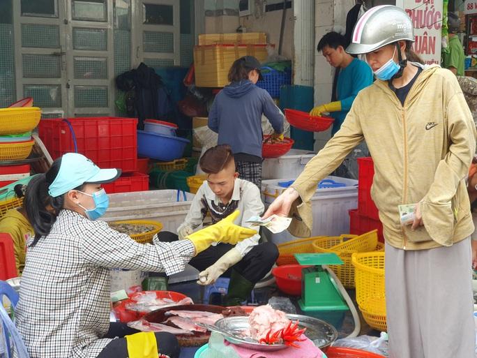 TP HCM: Ông đồ, tiểu thương, người dân đi chơi Tết... đều đeo khẩu trang phòng dịch - Ảnh 14.