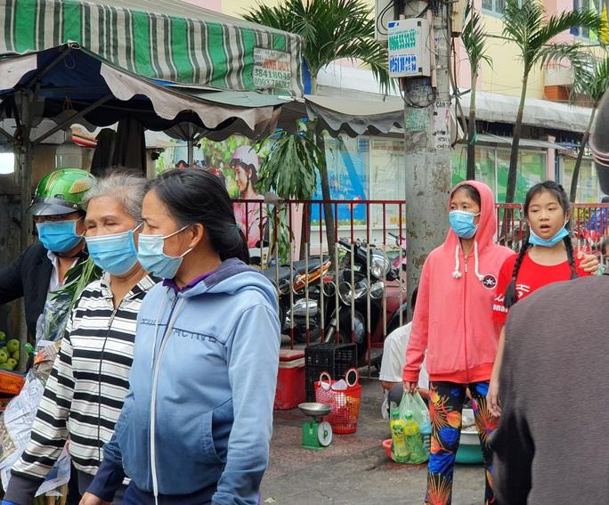 TP HCM: Ông đồ, tiểu thương, người dân đi chơi Tết... đều đeo khẩu trang phòng dịch - Ảnh 12.