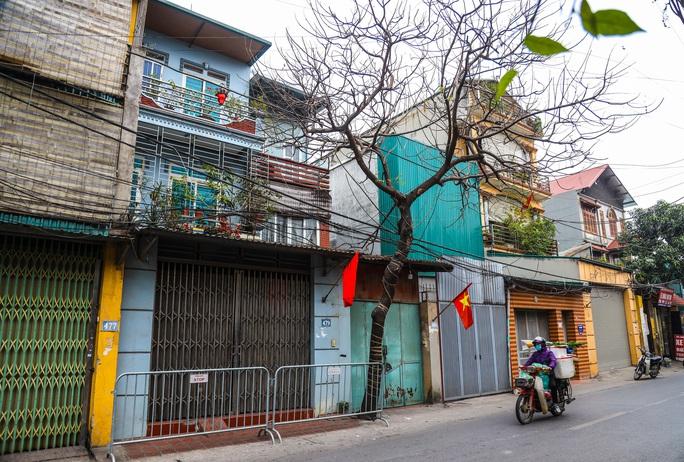 CLIP: Đưa bố mẹ bệnh nhân 1584 ở Hà Nội đi cách ly tập trung - Ảnh 2.