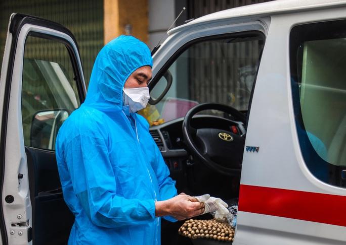 CLIP: Đưa bố mẹ bệnh nhân 1584 ở Hà Nội đi cách ly tập trung - Ảnh 4.