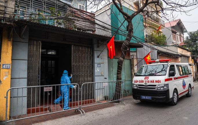 CLIP: Đưa bố mẹ bệnh nhân 1584 ở Hà Nội đi cách ly tập trung - Ảnh 5.