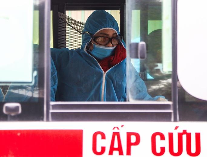 CLIP: Đưa bố mẹ bệnh nhân 1584 ở Hà Nội đi cách ly tập trung - Ảnh 10.
