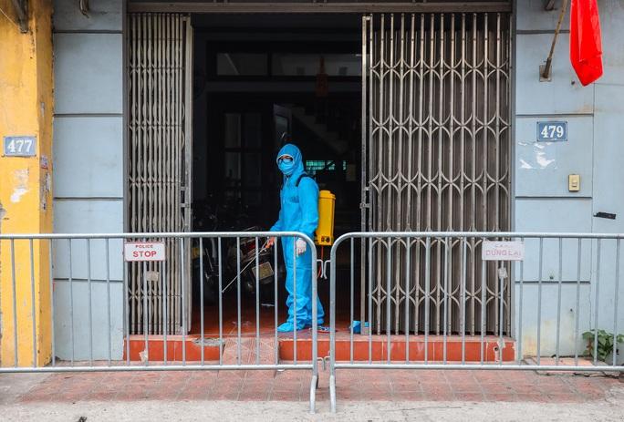 CLIP: Đưa bố mẹ bệnh nhân 1584 ở Hà Nội đi cách ly tập trung - Ảnh 11.