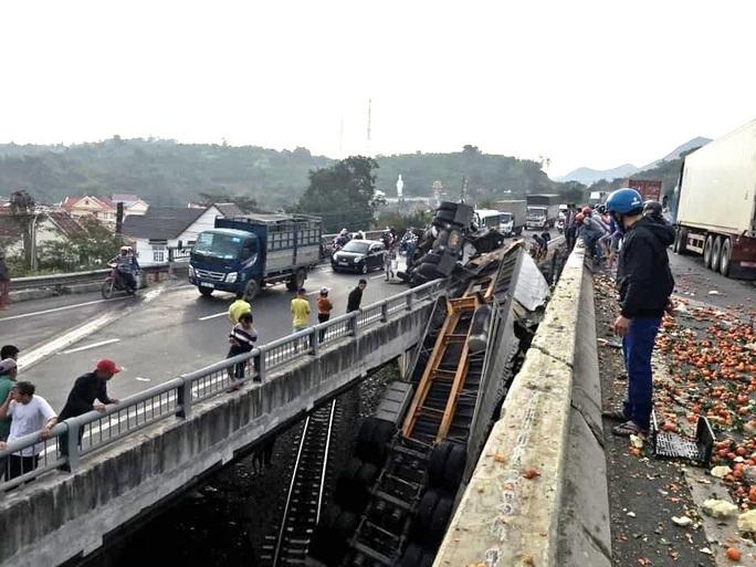 Khánh Hòa: Container rơi xuống cầu vượt gây ách tắc đường sắt Bắc- Nam - Ảnh 1.