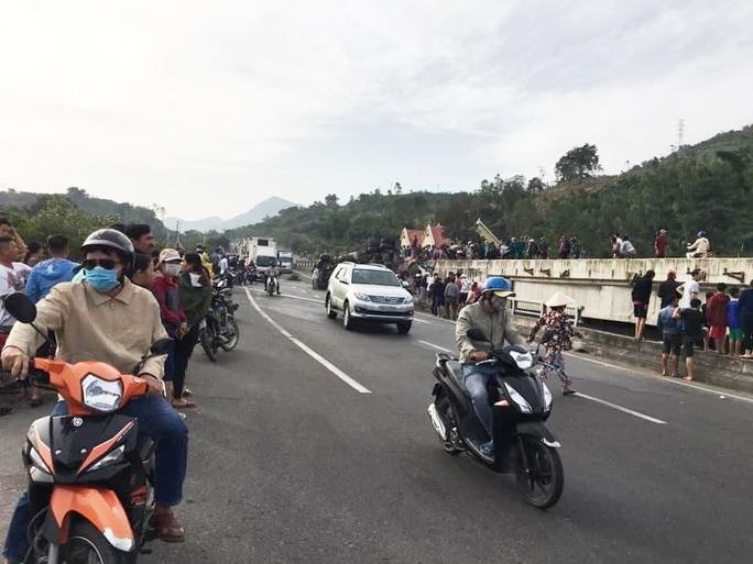 Khánh Hòa: Container rơi xuống cầu vượt gây ách tắc đường sắt Bắc- Nam - Ảnh 3.