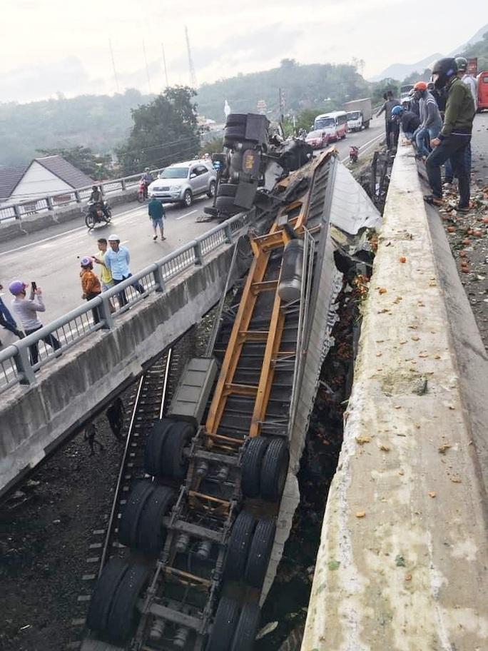 Khánh Hòa: Container rơi xuống cầu vượt gây ách tắc đường sắt Bắc- Nam - Ảnh 2.