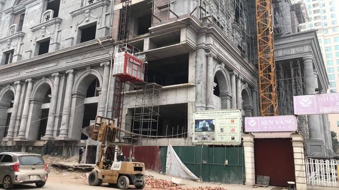 Giàn giáo trung tâm thương mại cao tầng bất ngờ đổ sập, nhiều công nhân gặp nạn - Ảnh 1.