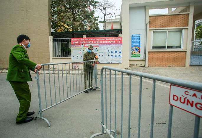 CLIP: Tiếp tế lương thực thực phẩm cho phụ huynh, học sinh tại khu cách ly trường học - Ảnh 3.