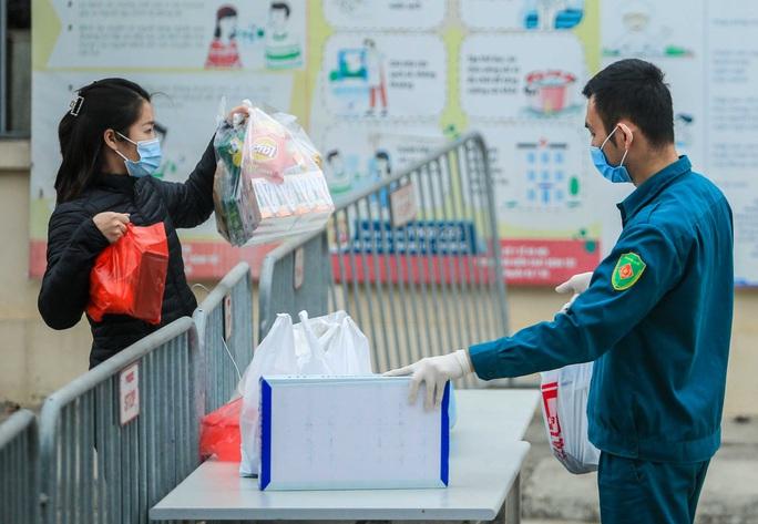 CLIP: Tiếp tế lương thực thực phẩm cho phụ huynh, học sinh tại khu cách ly trường học - Ảnh 7.